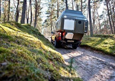 AZAR4 - Entwicklung eines Camper für 4x4 Pickup - pick up pod offroad forest 400x284 - Auf der Suche nach Abenteuern mit einem Camper auf einem Pickup. Die interessantesten Reiseziele.