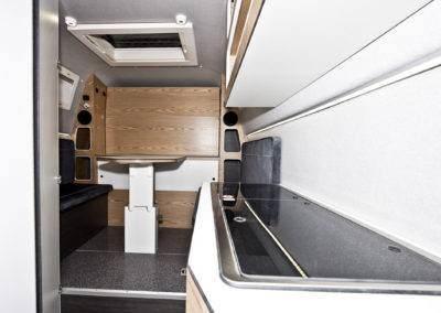 AZAR4 - Entwicklung eines Camper für 4x4 Pickup - dab pickup kuchnia jasny 400x284 - Wie ist ein Camper auf einem Pick-Up aufgebaut?