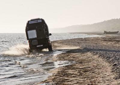 AZAR4 - Entwicklung eines Camper für 4x4 Pickup - pickup camper na wybrzezu azar 400x284 - Wie reist man mit einem Camper für den Pickup?
