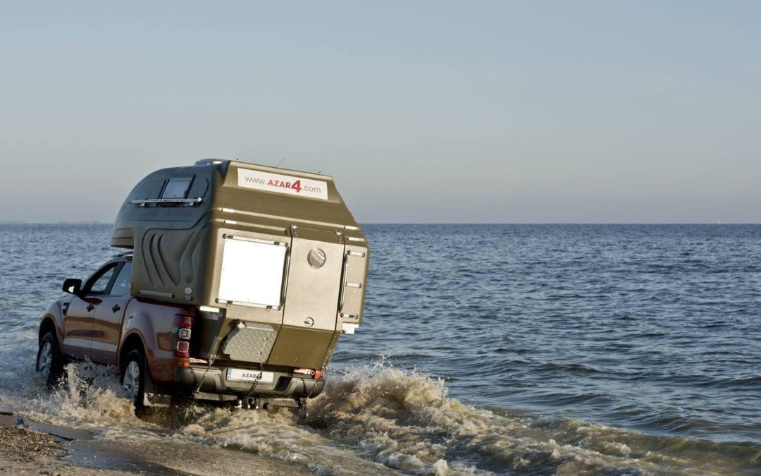 przejazd kapsułą przez wodę brzegiem morza