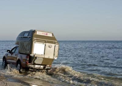 AZAR4 - Entwicklung eines Camper für 4x4 Pickup - wodna przeprawa offroad kamper camper 400x284 - Auf der Suche nach Abenteuern mit einem Camper auf einem Pickup. Die interessantesten Reiseziele.